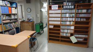 点字図書館入り口のデイジー図書が並ぶ棚の写真
