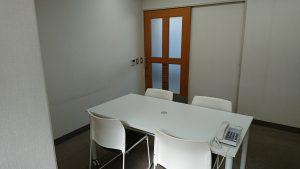 アイサポート相談室の写真白いテーブルとイス4